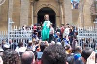 Aidone, 1 maggio 2007 festa di San Filippo Apostolo; prima del fercolo escono 6 dei 12 Santoni tipici di Aidone.  - Aidone (4259 clic)