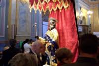 Aidone, 1 maggio 2007 festa di San Filippo Apostolo; nel Santuario il Santo viene esposto al centro della navata affinchè i devoti e i pellegrini gli rendano omaggio.  - Aidone (3552 clic)