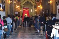Aidone, 1 maggio 2007 festa di San Filippo Apostolo; interno del Santuario mentre due file umane rendono omaggio al Santo nero posto al centro dell'unica navata.  - Aidone (4515 clic)