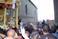 Capizzi (ME), 26 luglio 2007 Festa del Protettore San Giacomo Apostolo Maggiore - le aste della vara del Santo vengono inflitte con forza nel muro di piazza dei Miracoli per abbatterlo.  - Capizzi (3085 clic)