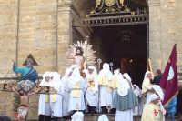 Enna, l'uscita dal Duomo del Cristo Risorto, i riti di Pasqua A PACI e A SPARTENZA.   - Enna (3250 clic)