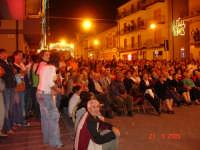 Catenanuova, Piazza Madonna del Rosario gremita di gente, per gli spettacoli delle Feste Patronali, ultima settimana di settembre 2005. (Foto concessa da Carmelo Di Marco).  - Catenanuova (3213 clic)