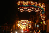 Catenanuova, via Principe Umberto illuminata per le Feste Patronali, ultima settimana di settembre 2005. (Foto concessa da Carmelo Di Marco).  - Catenanuova (1858 clic)