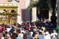 Misterbianco 5 agosto 2007 - Festa Grande del Patrono Sant'Antonio Abate, la processione si ferma davanti al palazzo di città mentre il sindaco suona la campana.  - Misterbianco (1655 clic)