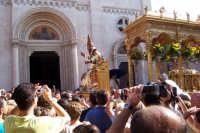 Misterbianco 5 agosto 2007 - Festa Grande del Patrono Sant'Antonio Abate, il Santo viene inserito dentro la vara lignea.  - Misterbianco (1892 clic)