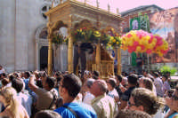 Misterbianco 5 agosto 2007 - Festa Grande del Patrono Sant'Antonio Abate, si prepara il fercolo prima dell'uscita del Santo.  - Misterbianco (2180 clic)