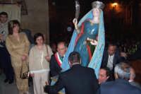 Assoro (En), 31 maggio 2007 - Festa di Santa Petronilla vergine e martire Patrona della Città; il rientro in Chiesa Madre, all'Amministrazione comunale il compito di prelevare il simulacro sia all'uscita che all'entrata.  - Assoro (5058 clic)