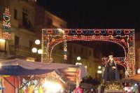 Assoro (En), 31 maggio 2007 - Festa di Santa Petronilla vergine e martire Patrona della Città; la processione arriva in via Crisa illuminata a festa.  - Assoro (4612 clic)