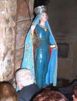 Assoro (En), 31 maggio 2007 - Festa di Santa Petronilla vergine e martire Patrona della Città, prima dell'uscita i fedeli baciano la Santa.  - Assoro (5523 clic)