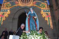 Assoro (En), 31 maggio 2007 - Festa di Santa Petronilla vergine e martire Patrona della Città; l'uscita dalla Chiesa Madre tra le campane a festa la banda musicale e i colpi a cannone.  - Assoro (4202 clic)