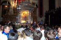 Piazza Armerina 15 agosto 2007 - Festa di Maria SS. delle Vittorie Patrona della Città e Diocesi, al rientro in Cattedrale i fedeli baciano la sacra effige della Madonna.  - Piazza armerina (2403 clic)