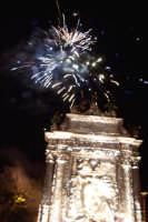 Piazza Armerina 15 agosto 2007 - Festa di Maria SS. delle Vittorie Patrona della Città e Diocesi, i fuochi prima dell'entrata in Cattedrale.  - Piazza armerina (2216 clic)