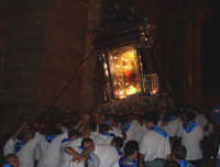 Piazza Armerina 15 agosto 2007 - Festa di Maria SS. delle Vittorie Patrona della Città e Diocesi, i devoti portatori salgono di corsa i gradini della Cattedrale per il rientro del glorioso vessillo di Maria.  - Piazza armerina (2492 clic)