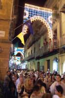 Piazza Armerina 15 agosto 2007 - Festa di Maria SS. delle Vittorie Patrona della Città e Diocesi, la folla che segue la sacra immagine di Maria Santissima.  - Piazza armerina (2600 clic)