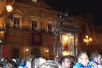 Piazza Armerina 15 agosto 2007 - Festa di Maria SS. delle Vittorie Patrona della Città e Diocesi, la processione sosta in piazza Garibaldi per il messaggio del Vescovo.  - Piazza armerina (2452 clic)