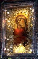 Piazza Armerina 15 agosto 2007 - Festa di Maria SS. delle Vittorie Patrona della Città e Diocesi, particolare del vessillo bizantino di sec. VIII raffigurante la Madonna col Bambino, donata da Papa Alessandro II al Conte Ruggero.  - Piazza armerina (3950 clic)
