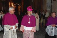 Piazza Armerina 15 agosto 2007 - Festa di Maria SS. delle Vittorie Patrona della Città e Diocesi, il Vescovo Mons. Michele Pennisi assieme ad altri sacerdoti in processione.  - Piazza armerina (2884 clic)