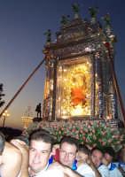 Piazza Armerina 15 agosto 2007 - Festa di Maria SS. delle Vittorie Patrona della Città e Diocesi, l'artistico fercolo argenteo del peso di 8 quintali portato a spalla dai devoti.  - Piazza armerina (3801 clic)