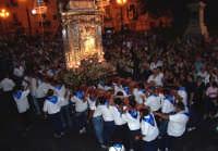 Piazza Armerina 15 agosto 2007 - Festa di Maria SS. delle Vittorie Patrona della Città e Diocesi, l'artistico fercolo argenteo del peso di 8 quintali portato a spalla dai devoti.  - Piazza armerina (2625 clic)