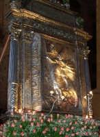 Piazza Armerina 15 agosto 2007 - Festa di Maria SS. delle Vittorie Patrona della Città e Diocesi, particolare del retro nel quale vi è sbalzata l'immagine del Conte Ruggero mentre conduce il vessillo con l'immagine di Maria Santissima donatogli da Papa Alessandro II.  - Piazza armerina (2935 clic)