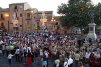 Piazza Armerina 15 agosto 2007 - Festa di Maria SS. delle Vittorie Patrona della Città e Diocesi, i fedeli attendono l'uscita della Madonna.  - Piazza armerina (3964 clic)