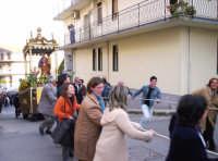 Catenanuova, 19 marzo 2005, festa in onore del Patriarca S. Giuseppe, tradizionale corsa nella salita di via Venezia.  - Catenanuova (3628 clic)