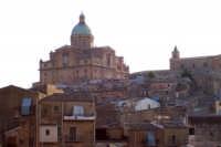 Piazza Armerina 15 agosto 2007 - Festa di Maria SS. delle Vittorie Patrona della Città e Diocesi, scorcio della Cattedrale che domina sul centro storico.  - Piazza armerina (3497 clic)