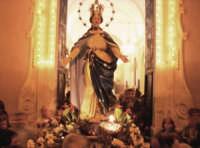 Catenanuova, festa in onore di Maria SS. Immacolata, l'uscita dalla Chiesa Madre, nel 150° del dogma, 08 dicembre 2004.  - Catenanuova (3105 clic)