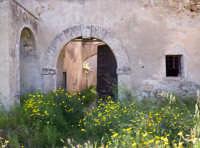 Catenanuova, L'ingresso principale del fondaco Cuba, di età araba-bizantina-normanna, nel 1693 apparteneva ad Ignazio Paternò principe di Biscari, nel 1713 vi pernottò il re di Sicilia Vittorio Amedeo II di Savoia con la regina Anna Maria e la sua corte, il 30 aprile 1787 vi dormì il famoso poeta tedesco Giovanni Wolfango Goethe. Oggi si trova in stato di assoluto degrado nonostante la sua notevole importanza storica.  - Catenanuova (2495 clic)