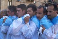 2 luglio, festa di Maria SS. della Visitazione Patrona di Enna, alcuni portatori della nave d'oro i quali gridano a gran voce E chiamamula cchiù forti ancora: evviva Marì!.  - Enna (3570 clic)