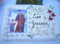 Catenanuova, 18 marzo 2005, vigilia della festa in onore del Patriarca S. Giuseppe, le tavolate in piazza Municipio: la torta con l'immagine del Santo.  - Catenanuova (2824 clic)
