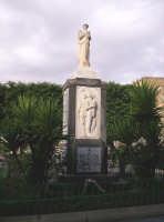 Catenanuova, Piazza Andrea Riggio: Monumento ai Caduti per la Patria eretto nell'anno 1951.  - Catenanuova (4429 clic)