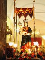Catenanuova, 18 settembre 2005, festa in onore della compatrona Maria SS. delle Grazie, l'uscita dalla Chiesa Madre (foto concessa da Carmelo Di Marco).    - Catenanuova (1854 clic)