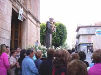 Catenanuova, festa di S. Antonio l'uscita dalla Chiesa Immacolata, 13 giugno 2005.  - Catenanuova (1753 clic)