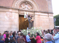 Catenanuova, festa di S. Antonio l'uscita dalla Chiesa Immacolata, 13 giugno 2005.  - Catenanuova (1757 clic)