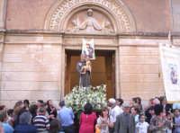 Catenanuova, festa di S. Antonio l'uscita dalla Chiesa Immacolata tra l'entusiasmo dei fedeli, 13 giugno 2005.  - Catenanuova (3228 clic)