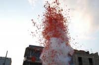 Catenanuova - 04 settembre 2005. Lo sparo dei mortaretti, per il festoso rientro in Città dopo 45 anni di abbandono al degrado, dell'antica statua del 1752, del patrono San Prospero martire.   - Catenanuova (1678 clic)