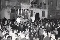 Catenanuova 19 marzo 1961, piazza Madonna del Rosario, Festa di San Giuseppe, sulla vara lignea del 1738 svanita nel nulla intorno agli anni '50.  - Catenanuova (7246 clic)