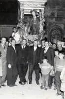 Catenanuova 19 marzo 1961, piazza Madonna del Rosario, Festa di San Giuseppe, sulla vara lignea del 1738 svanita nel nulla intorno agli anni '50; nella foto anche alcuni esponenti dell'allora Comitato.  - Catenanuova (6320 clic)