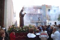 Catenanuova, Festeggiamenti in onore di S. Rita, 22 maggio 2005, l'uscita dalla Chiesa Madre tra gli spari, il lancio dei coriandoli e l'entusiasmo dei fedeli.  - Catenanuova (3091 clic)