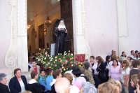 Catenanuova, Festeggiamenti in onore di S. Rita, 22 maggio 2005, l'uscita dalla Chiesa Madre tra l'entusiasmo dei fedeli.  - Catenanuova (3906 clic)