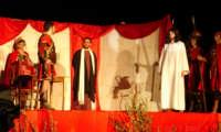 Catenanuova, Domenica delle Palme - la Sacra rappresentazione vivente della Passione di Cristo, Pilato interroga Gesù.  - Catenanuova (2116 clic)