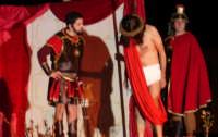 Catenanuova, Domenica delle Palme - la Sacra rappresentazione vivente della Passione di Cristo, Pilato condanna a morte Gesù.  - Catenanuova (2570 clic)