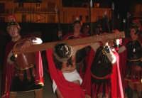 Catenanuova, Domenica delle Palme - la Sacra rappresentazione vivente della Passione di Cristo, Gesù porta la Croce.  - Catenanuova (1980 clic)