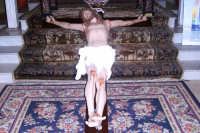 Catenanuova, Venerdì Santo - il Crocifisso deposto ai piedi dell'altare maggiore per l'adorazione da parte dei fedeli. (Foto concessa dal carissimo Nicolò Fiorenza)  - Catenanuova (1751 clic)