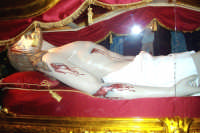 Catenanuova, Venerdì Santo - particolare del Cristo morto deposto ai piedi dell'altare maggiore per l'adorazione da parte dei fedeli, prima della salita al Calvario. (Foto concessa dal carissimo Nicolò Fiorenza)  - Catenanuova (1677 clic)