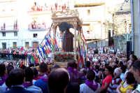 Troina 15 luglio 2007 - Festa di Sant'Antonio Abate, il fercolo portato a spalla dai devoti si dirige verso le vie cittadine.  - Troina (3364 clic)