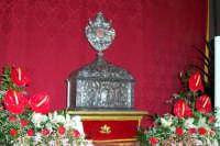 Palazzolo Acreide (SR) - 29 giugno 2007 festa di San Paolo Apostolo Patrono della Città, dopo l'entrata la reliquia viene esposta ai fedeli in Chiesa.  - Palazzolo acreide (1812 clic)