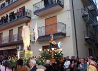 Catenanuova, Domenica di Pasqua - il festoso momento dell'incontro tra Cristo risorto e la Vergine Maria, in piazza Madonna del Rosario mentre esplodono fragorosi i mortaretti. (Foto concessa dal carissimo Nicolò Fiorenza)  - Catenanuova (1623 clic)