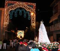 Catenanuova 23 settembre 2007 - Festa di Maria SS. delle Grazie compatrona della città, la processione sul corso Vittorio Emanuele III illuminato a festa. (Foto Riccardo Spoto)  - Catenanuova (1844 clic)